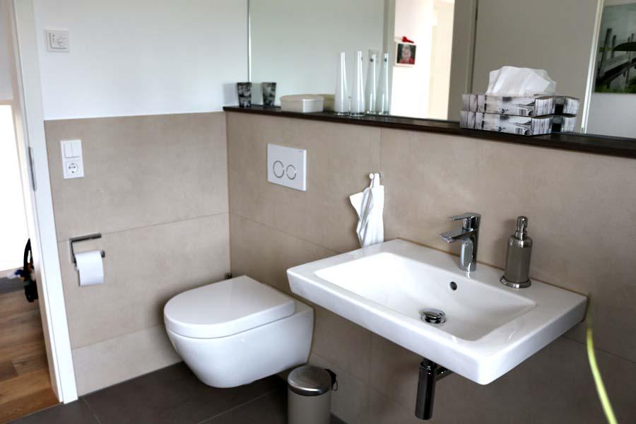 Modernes Bad mit Natursteinablagen – Horst Textor Fliesen